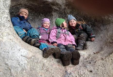 Kinder im Baumstamm